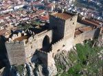 El castillo de Luna con la poblacion al fondo.
