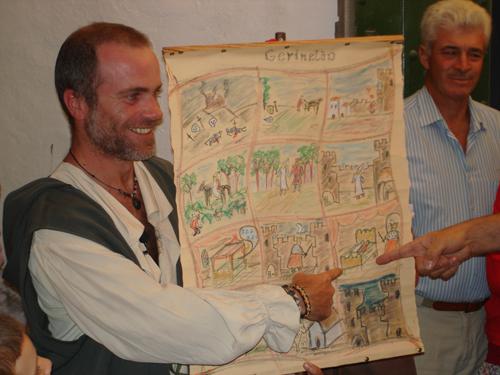El amigo Rocco con el pergamino del romance de Gerineldo.