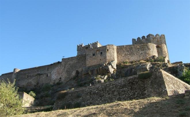 El castillo de Luna por su cara norte y después de mediodia.
