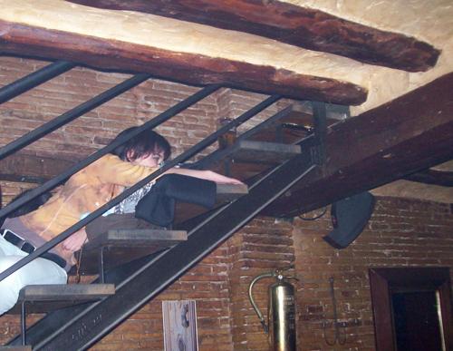 Habia gente viendo la sesión en las escaleras a través de sus peldaños...