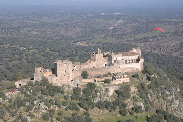 Vista aerea del castillo de Azagala en las inmediaciones del pantano.