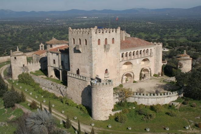 El castillo de Piedrabuena esta en pleno corazon de la dehesa
