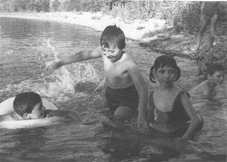 José Antonio, Manolo, Japaca y Rafalino bañándose en la junta