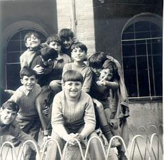 Con los amigos de Madrid en el patio del colegio