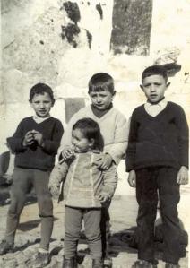 Rafalino, Manolín, José Antonio y Herminia, detrás de ellos el señó José el navajero.
