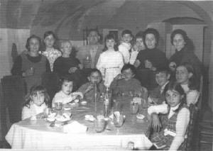 Primera comunión de Japaca, con todos celebrando en el salón de la posá, menos este que suscribe que se encontraba por los madriles.
