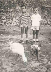 José Antonio, los gansos de la posá y yo en el corral de la misma.