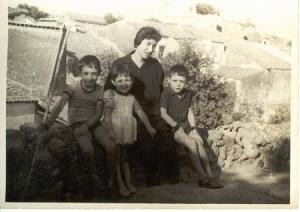Mi tía Nico con Juanitín, Japaca y José Antonio en la azotea de la posá.